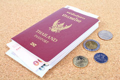 Passaporto della Tailandia e soldi tailandesi fotografie stock