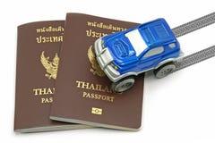 Passaporto della Tailandia ed automobile blu 4wd per il concetto di viaggio Fotografia Stock Libera da Diritti