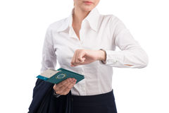 Passaporto e biglietto della tenuta della donna che esaminano orologio e preoccuparsi immagini stock libere da diritti