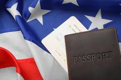 Passaporto e biglietto sulla bandiera fotografia stock