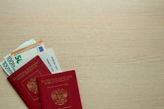 Passaporto e euro russi sulla tavola immagini stock libere da diritti