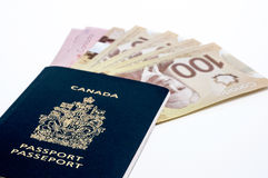 Passaporto e soldi canadesi Fotografia Stock
