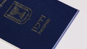 Passaporto israeliano girante su fondo bianco video d archivio