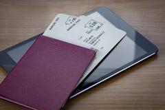 Passaporto neutrale con i biglietti sulla compressa Fotografia Stock