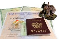 Passaporto russo con il manichino del bambino, modello della casa e materno, b Fotografia Stock