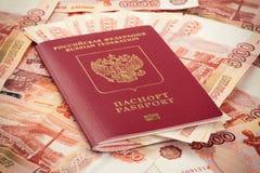 Passaporto russo con soldi Fotografia Stock