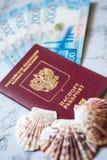Passaporto russo con soldi e le conchiglie blu fotografia stock libera da diritti