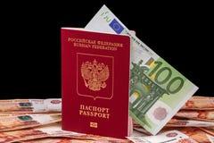 Passaporto russo e 100 euro Immagine Stock