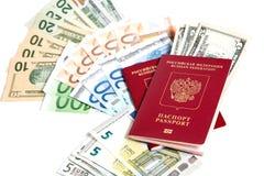 Passaporto russo e valuta fotografie stock