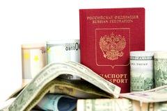 Passaporto russo e valuta fotografie stock libere da diritti