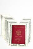 , Passaporto russo e valuta immagine stock