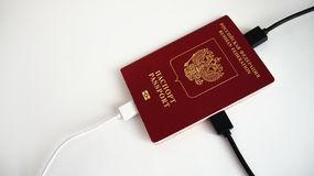 Passaporto russo per valuta estera cui il cavo del caricatore è inserito fotografie stock
