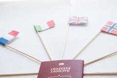Passaporto straniero di Federazione Russa e delle bandiere dei paesi differenti intorno: Il Regno Unito, Italia, Francia, Norvegi fotografie stock