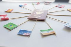 Passaporto straniero di Federazione Russa e delle bandiere dei paesi differenti intorno: L'India, Brasile, Regno Unito, Italia, N fotografie stock libere da diritti