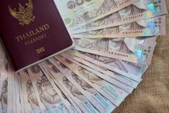 Passaporto tailandese con la banconota tailandese dei soldi Fotografie Stock Libere da Diritti
