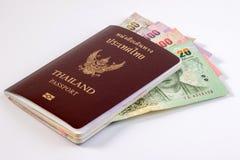 Passaporto tailandese con la banconota tailandese dei soldi isolata su bianco Immagini Stock Libere da Diritti
