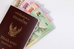 Passaporto tailandese con la banconota tailandese dei soldi isolata su bianco Fotografie Stock Libere da Diritti