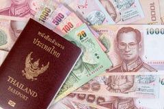 Passaporto tailandese con la banconota tailandese dei soldi sul fondo tailandese dei soldi Immagini Stock Libere da Diritti