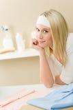Passar da lavanderia - ruptura da mulher após o housework imagem de stock