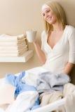 Passar da lavanderia - ruptura da mulher com bebida Imagens de Stock Royalty Free