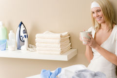 Passar da lavanderia - ruptura de café da mulher Foto de Stock