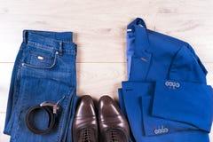 Passar den lekmanna- uppsättningen för lägenheten av klassiska mäns kläder liksom blått, skjortor, bruntskor, bältet och bandet p arkivbilder