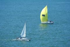 Passare gli yacht fotografie stock
