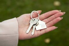 Passare le chiavi ad alloggi nuovi Immagine Stock