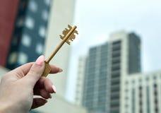 Passare le chiavi ad alloggi nuovi Immagini Stock Libere da Diritti