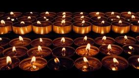 Passare le file delle candele in chiesa stock footage