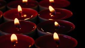 Passare le file delle candele in chiesa cattolica archivi video