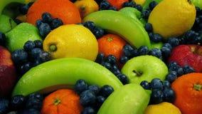 Passare un grande buffet dei frutti bagnati archivi video