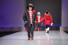 Passarela não identificada da caminhada dos modelos da criança bonita Imagens de Stock Royalty Free