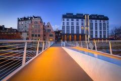 Passarela sobre o rio de Motlawa em Gdansk no crepúsculo imagens de stock royalty free