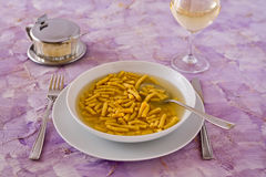 Passatelli en pâtes italiennes originales de bouillon Photo stock