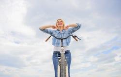 Passatempo Bicycling e a melhor maneira de relaxar e reduzir o esforço A menina relaxado e senta-se livre na bicicleta Benefícios fotografia de stock royalty free