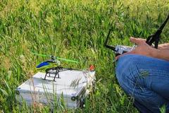 Passatempo controlado de rádio do modelo do helicóptero Fotos de Stock