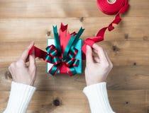 Passatempo criativo As mãos do ` s da mulher envolvem o feriado do Natal feito a mão imagens de stock royalty free
