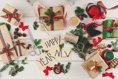 Passatempo criativo Fazendo a caixa feito a mão moderna do presente de Natal Imagem de Stock Royalty Free