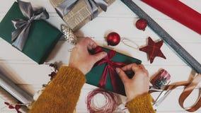 Passatempo criativo Papel de embrulho Caixas modernas de empacotamento do presente de Natal no papel cinzento à moda com a fita d filme
