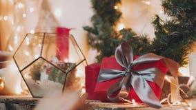 Passatempo criativo Papel de embrulho Caixas modernas de empacotamento do presente de Natal no papel cinzento à moda com a fita d vídeos de arquivo