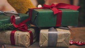 Passatempo criativo Papel de embrulho Caixas modernas de empacotamento do presente de Natal no papel cinzento à moda com a fita d video estoque