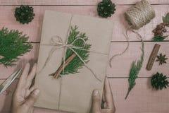 Passatempo criativo Papel de embrulho O Natal moderno de empacotamento presen Foto de Stock Royalty Free