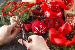 Passatempo criativo presente feito a mão do feriado do Natal do envoltório das mãos no papel do ofício com fita da guita imagem de stock royalty free