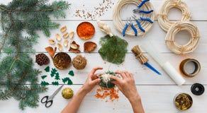 Passatempo diy criativo Decoração feito a mão, bolas e festão do Natal do ofício Imagem de Stock Royalty Free