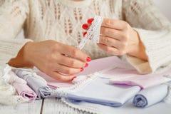 Passatempo diy criativo Fazendo o ofício feito a mão com laço Woman& x27; leus de s imagem de stock