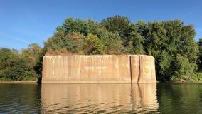 Passato di galleggiamento un nessun segno violante su un fiume archivi video