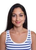 Passbild av en le turkisk kvinna i en randig skjorta royaltyfri bild