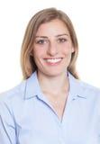 Passbild einer blonden deutschen Frau in der blauen Bluse Lizenzfreies Stockfoto