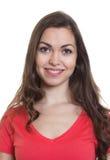 Passbild einer Frau mit dem langen dunklen Haar und rotem Hemd Lizenzfreie Stockfotos